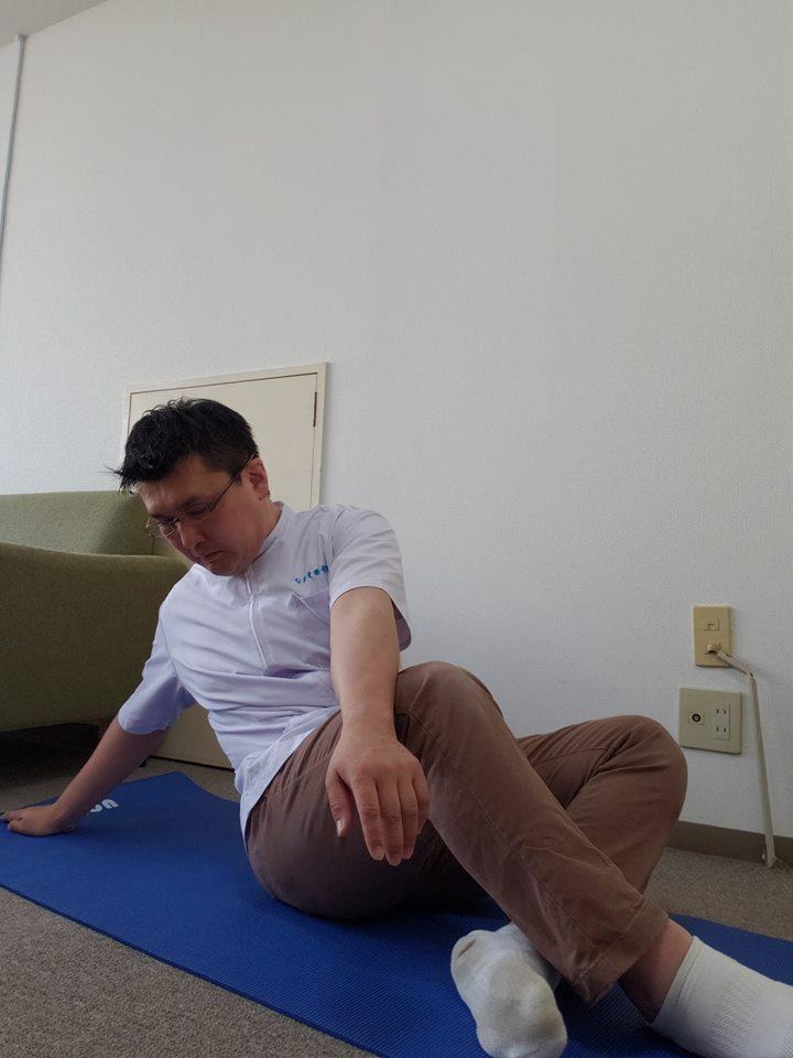 お手軽に腰部のストレッチ 血液とリンパ液を流して疲れが溜まりにくい身体作り