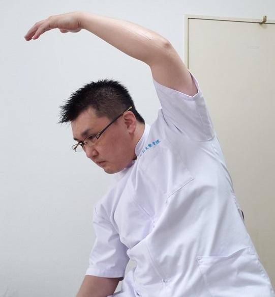猫背や肩こりに効果的!デスクワークの合間に背中の筋肉を伸ばすお手軽ストレッチ