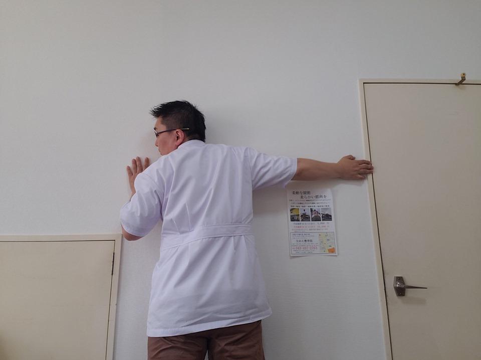 壁とイスを使って鎖骨まわりをほぐす。姿勢改善・肩コリに効果的な小胸筋ストレッチ