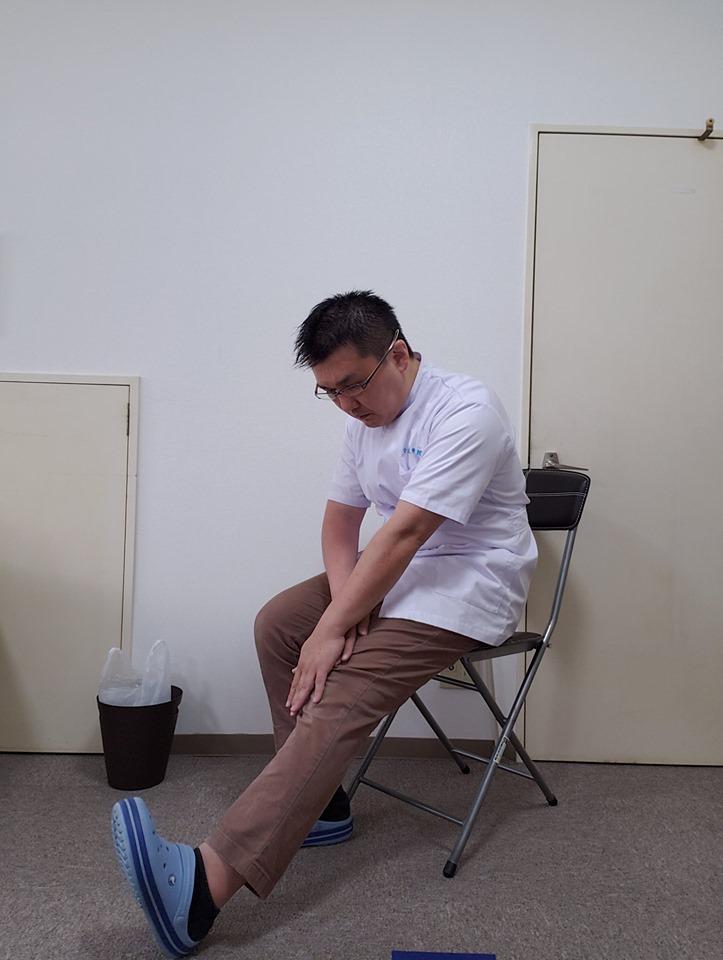 膝の痛みを改善していく。座りながら、ゆっくりできる膝のお手軽ストレッチ