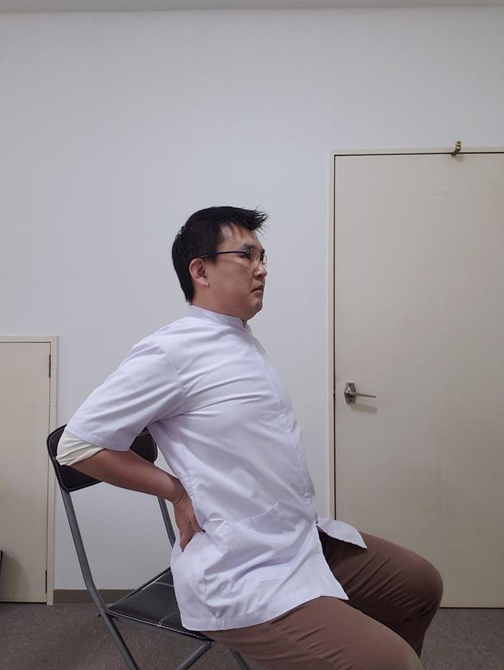 座りながらお手軽にできる。胸から脇の前鋸筋(ぜんきょきん)の簡単ストレッチ