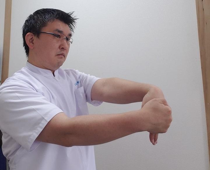 手首を曲げて腱鞘炎の防止に。デスクワークの合間にお手軽簡単、手首のストレッチ