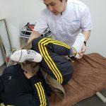 脱力を活かして患者さんの体のケア、回復効果を期待するパートナーストレッチ施術。